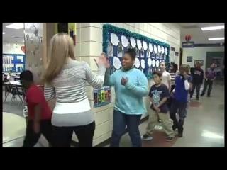 Посмотрите, как эта замечательная учительница каждое утро индивидуально здоровается с каждым учеником!