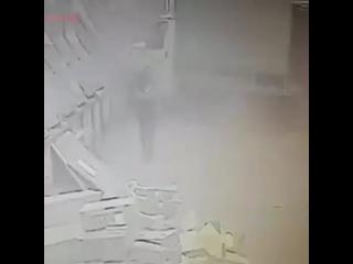 ДТП в Москве_ Водитель газели выскочил из салона за секунду до того, как в его а