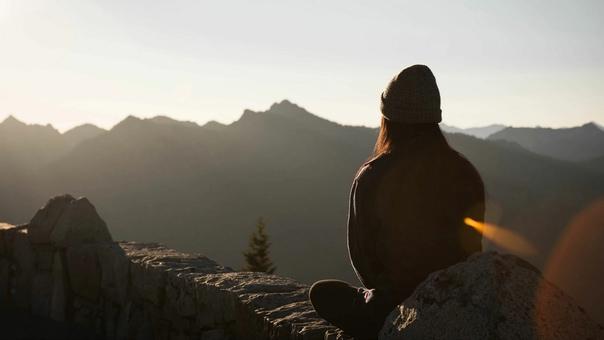 Когда я полюбил себя, я понял, что при любых обстоятельствах я нахожусь в правильном месте в правильное время, и все происходит исключительно в правильный момент