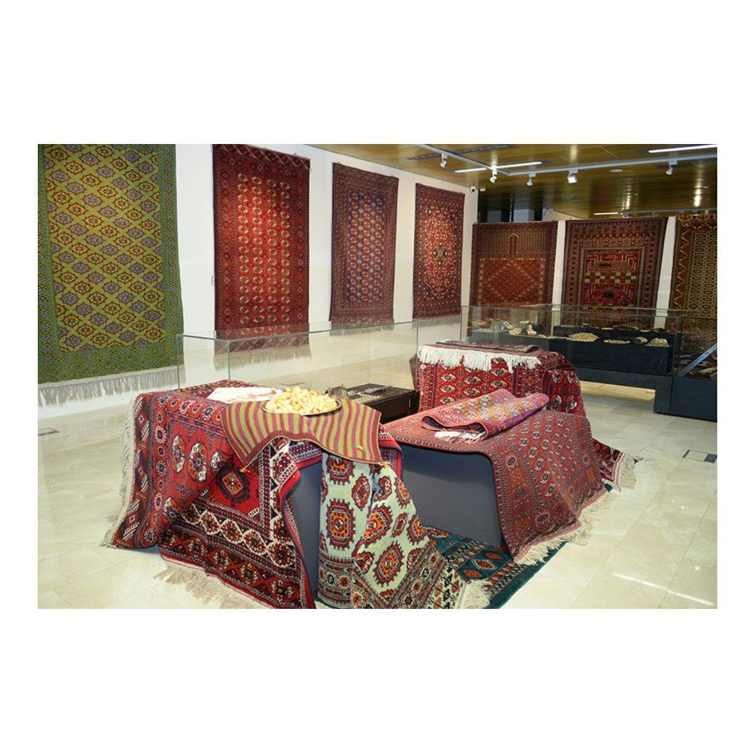 А вы знаете, что у ковра есть свой праздник? Да, в последнее воскресенье мая отмечают день туркменского ковра.Это национальный праздник Туркмении. В культуре этой страны ковер занимает особое место. Он даже изображен на государственном флаге и гербе. Ест