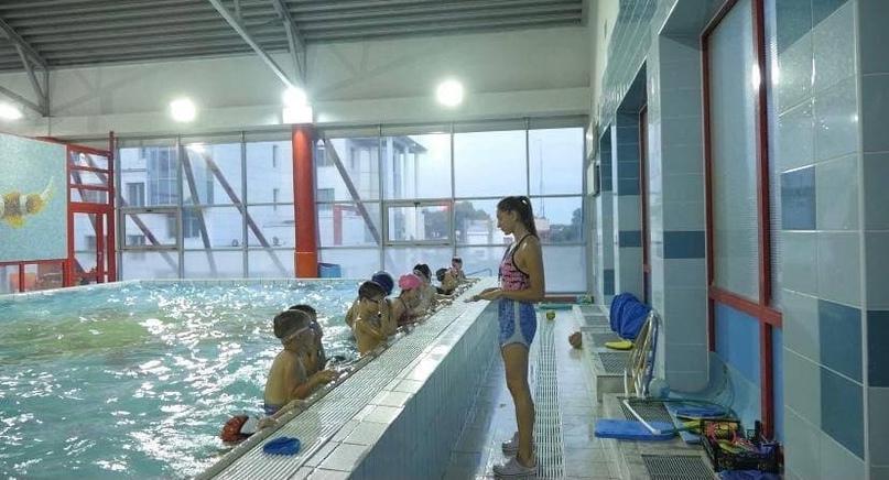 Жена Ильи Балаболкина Юлия работает с детьми во дворце водных видов спорта.