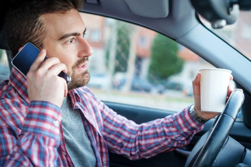 Штраф за использование телефона за рулем могут