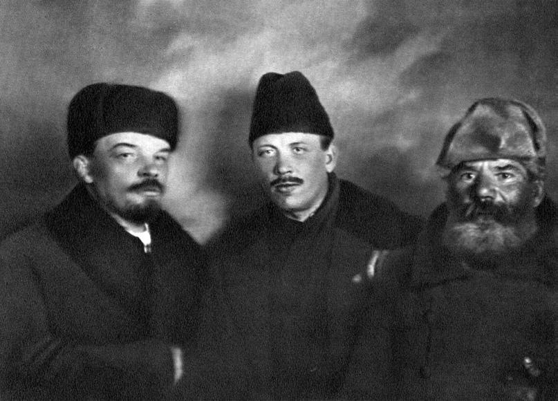 Владимир Ленин, Демьян Бедный и делегат от Украины Ф. Панфилов на VIII съезде РКП(б). Москва, 18–23 марта 1919 года.
