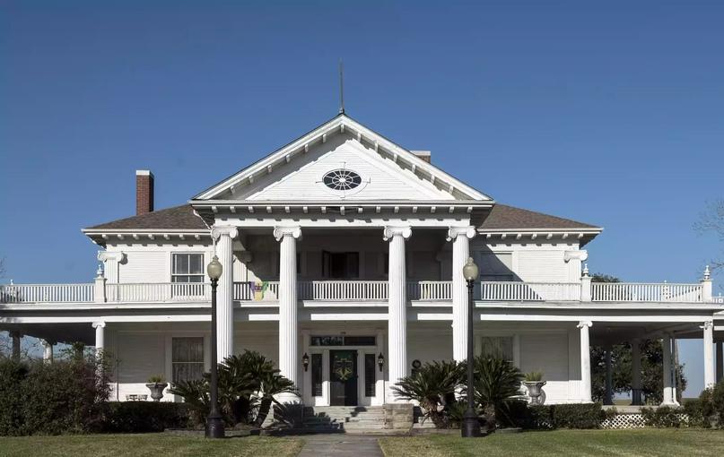 Поместье Роуз-Хилл, также известное как Дом Вудворта, в стиле греческого возрождения в Порт-Артуре, штат Техас. Кэрол М. Хайсмит
