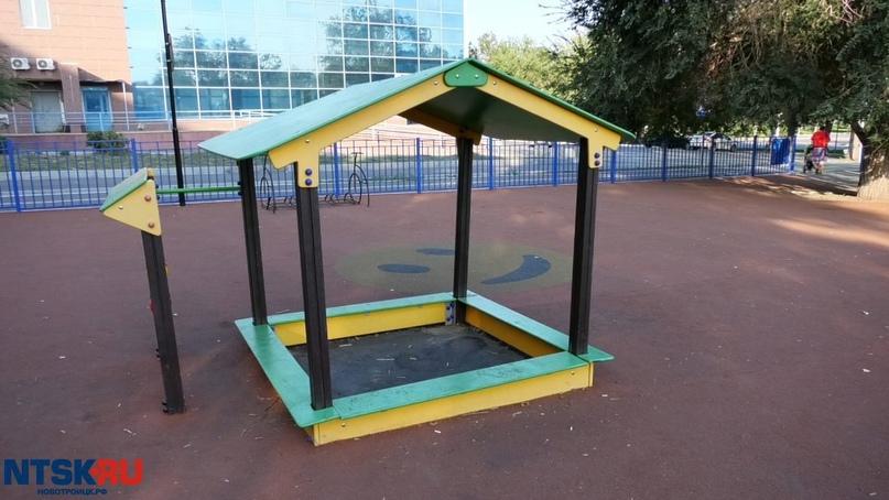 «Песочница до сих пор без песка». Жители Новотроицка пожаловались на новую детскую площадку