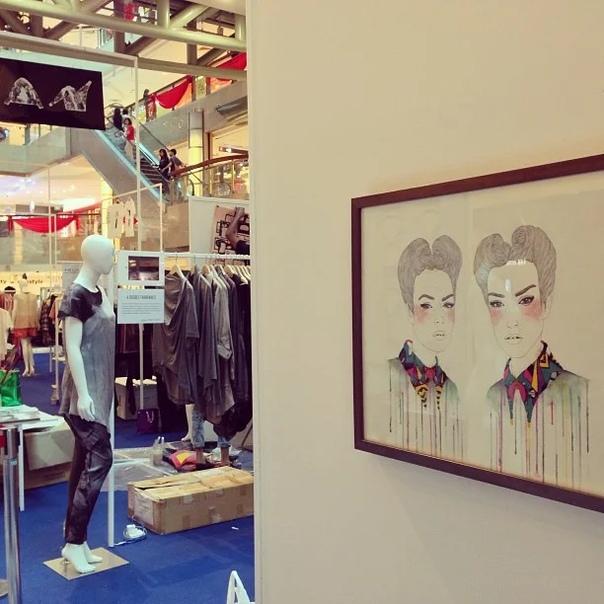 Работы сингапурской художницы Иззияны Сухайми (Izziyana Suhaimi). Ее творчество уникально тем, что свои акварельные и карандашные картины она декорирует вязанными элементами. Поразительная