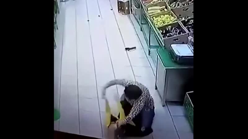 Покупательница истыкала ножом работницу магазина😱 06 09 2020