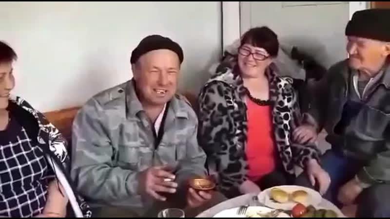 По селу идут три бабы