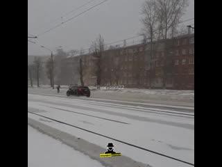 По улице Малахова от кольца с Антона Петрова в сторону Бии по дороге бегает и прыгает на машины парень (Инцидент Барнаул)