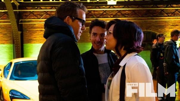Райан Рейнольдс и Джоди Комер на новом фото со съёмок комедии «Главный герой»