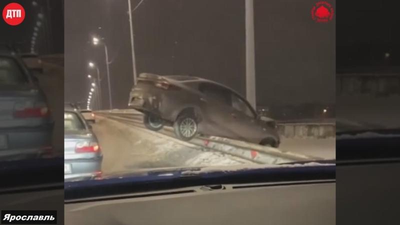 20 01 2021 ДТП Ярославль Ленинский район на Добрынинском путепроводе машина повисла на ограждении