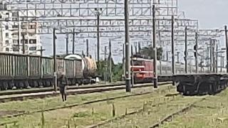 ВЛ10-1888 с поездом СПБ-Евпатория следует по станции Евпатория-Товарная (Новый ракурс) [КЖД 2021]