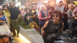 Arpeggios at the speed of light - Amazing guitar performance in Buenos Aires streets - at night