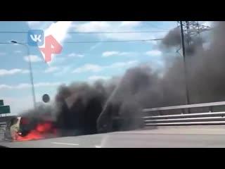 Автомобиль горит на дороге в Петербурге