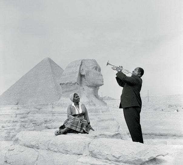 Армстронг в Египте. В 1961 году на фоне Большого сфинкса и пирамид Луи Армстронг исполнил знаменитый спиричуэл Go Down Moses об исходе евреев из египетского плена. Чернокожему джазисту сюжет был
